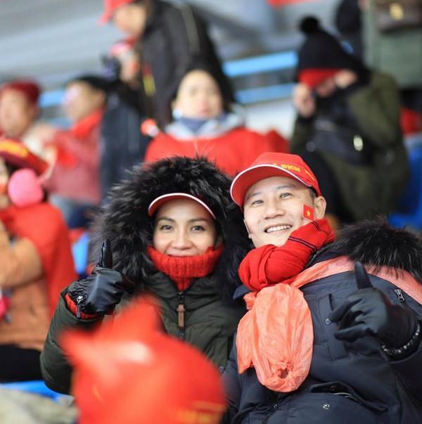 Hoàng Bách và vợ trong trận Chung kết của tuyển U23 tại Thường Châu, Trung Quốc.