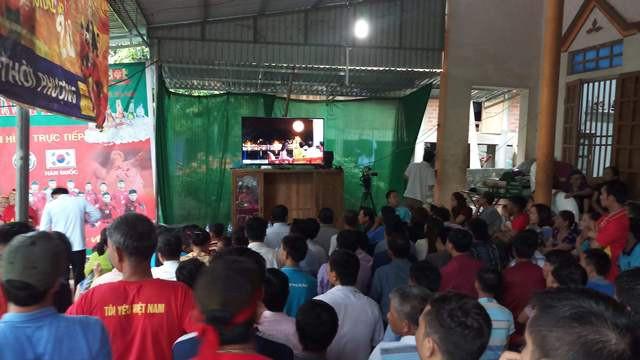 Rất đông người dân tập trung cổ vũ cho đội tuyển U23 Việt Nam tại nhà Tiến Dũng