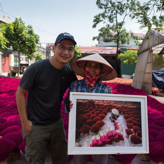 Trần Tuấn Việt chụp ảnh chung với người phụ nữ làm hương. Ảnh: Ngọc Mai