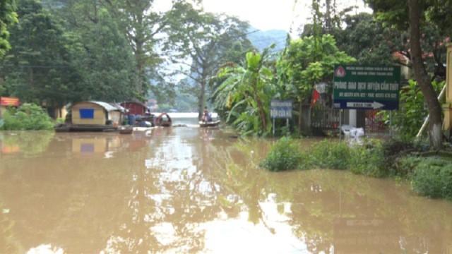Nước lũ lên nhanh khiến nhiều địa phương tại huyện Cẩm Thủy, Thanh Hóa bị chia cắt