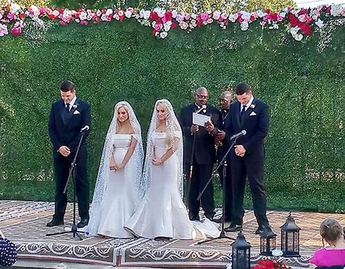 Từ trái sang: Jeremy, Briana, Brittany và Josh tại hôn lễ do hai quan chức song sinh chủ trì hôm 4/8. Ảnh: Facebook