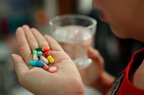Bạn trai Tiểu Mỹ chỉ mua thuốc chống viêm đơn thuần cho bạn gái (Ảnh minh họa)
