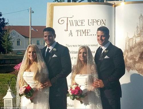 Lễ cưới của họ diễn ra trong Ngày hội cưới của các cặp song sinh 2018 ở Twinsburg, bang Ohio. Ảnh: Facebook