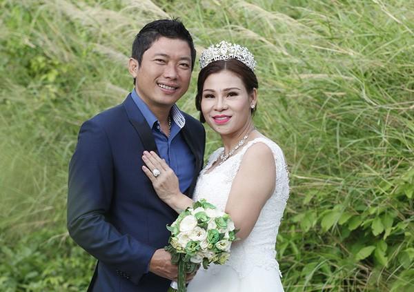 Vợ chồng Kinh Quốc khoe ảnh cưới.