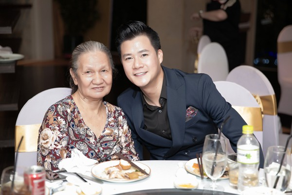 Quang Dũng hạnh phúc vì đưa được mẹ lên Sài Gòn sinh sống.