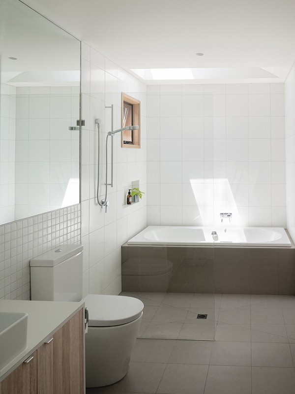 Phòng tắm thiết kế đơn giản với đầy đủ công năng cần thiết giúp mọi người thoải mái sử dụng.