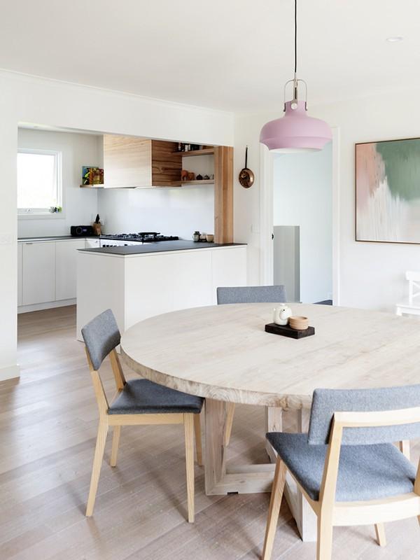 Khu vực ăn uống được thiết kế đơn giản. Vì mong muốn không gian nhỏ sẽ là nơi quây quần, sum họp nên được chọn cách thiết kế bàn tròn và ghế nệm khung gỗ xinh xắn.