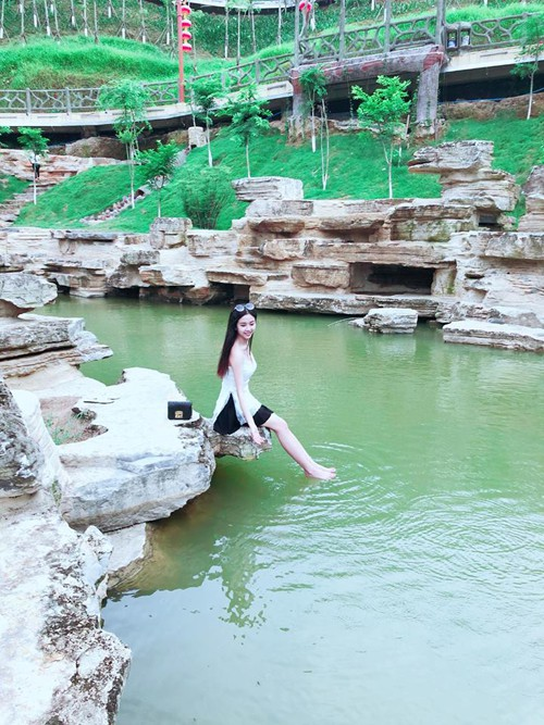 Công viên Ánh Sáng là lý do chính kéo khách Việt tới với Hà Khẩu. Kiến trúc ở công viên mang hơi hướng cổ trang, buổi tối thắp lên lung linh và được ví là Phượng Hoàng cổ trấn phiên bản nhân tạo.