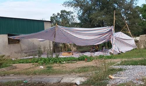 Gia đình căng bạt gần nơi khâm liệm bé trai. Ảnh: Lam Sơn.