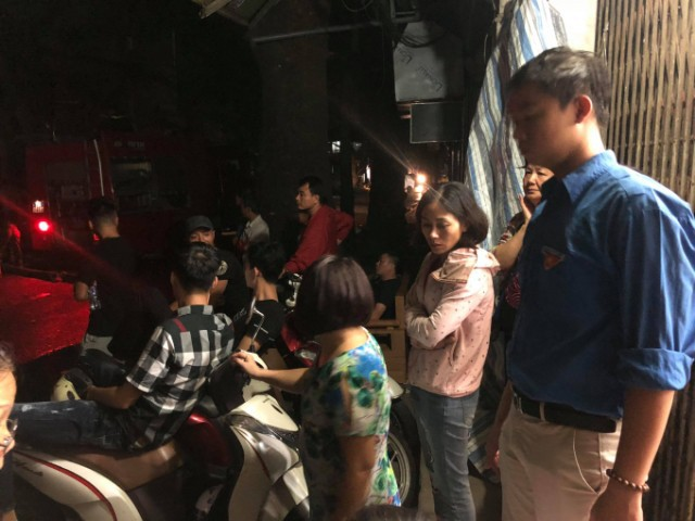 Nhiều tiểu thương túc trực suốt đêm ở khu vực xảy ra hỏa hoạn.