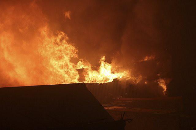 Lửa cháy rừng rực ngay sát Bệnh viện Nhi Trung ương. Ảnh: PV
