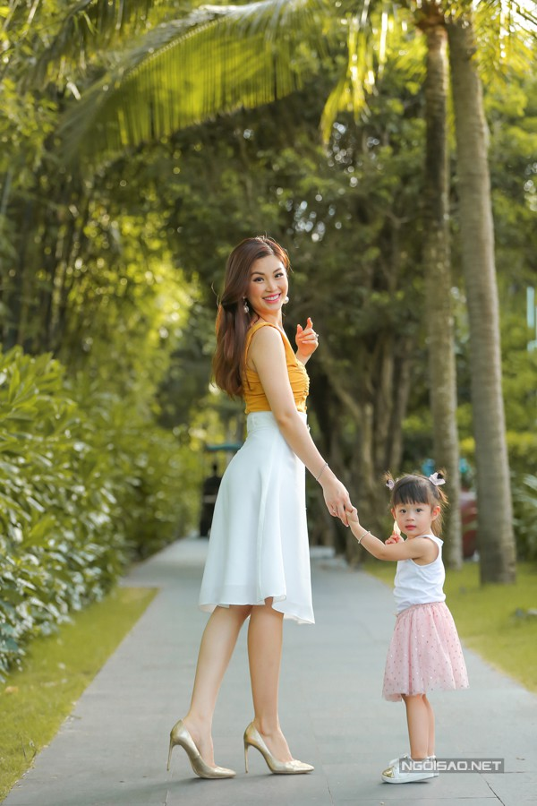 Á hậu Diễm Trang dẫn con gái theo du lịch tại Đà Nẵng nhân chuyến công tác mới đây. Cô bé tên Julia, sắp tròn 2 tuổi, có tính cách vui vẻ, biết nghe lời và khá hiếu động.