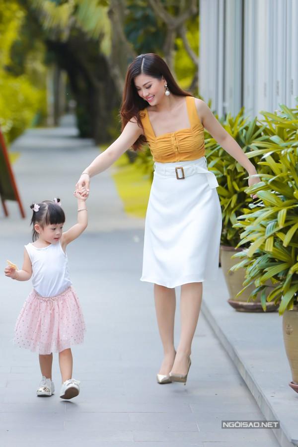 Julia vừa được mẹ đưa đi học mẫu giáo và gặp nhiều khó khăn trong những ngày đầu. Cứ vào trường, cô bé lại khóc vật vã, không chịu chơi với bạn bè. Hiện tại, con gái của Diễm Trang đã quen môi trường mới, rất thích mặc đồng phục và đòi đến lớp mỗi ngày.