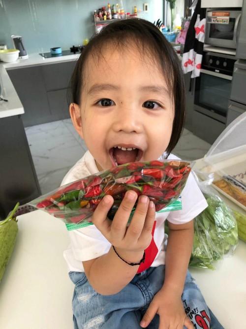 Loại ớt hiểm trong vườn nhà Thanh Vân - Minh Trí được giới thiệu là siêu cay và thơm. Bữa nào ăn cơm mà không có ớt, vợ chồng cô đều thấy thiếu thiếu.