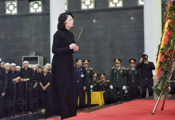 Quyền Chủ tịch nước Đặng Thị Ngọc Thịnh viếng Chủ tịch nước Trần Đại Quang. Ảnh: VnExpress