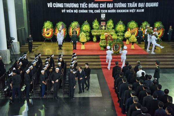 Các đoàn lãnh đạo trong nước và quốc tế lần lượt vào viếng Chủ tịch nước Trần Đại Quang sáng 26/9.     Ảnh: VnExpress