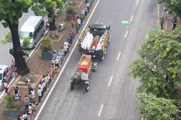 Đoàn xe tang đi qua phố Kim Mã