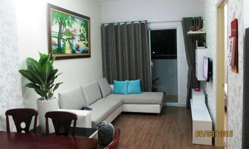 Ngôi nhà được chị Hạnh mua đầy đủ sofa, tranh tường, kệ tủ năm 2016, nhưng hiện tại chị đang muốn dẹp sofa để biến thành phòng đọc sách, cũng như bỏ tranh đi. Ảnh: Hạnh Nguyễn.