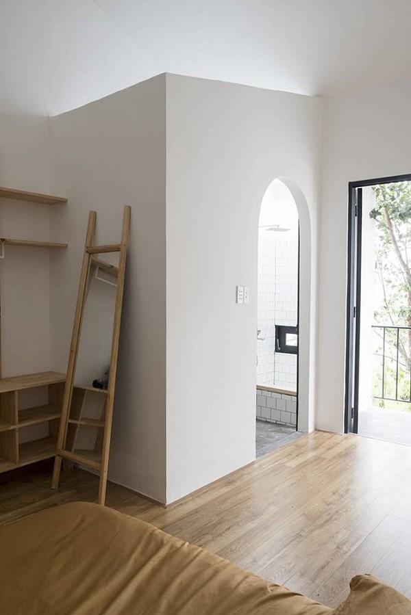 Căn phòng sáng bừng nhờ vào cửa ra ban công, màu nâu sáng của nội thất, màu trắng của tường