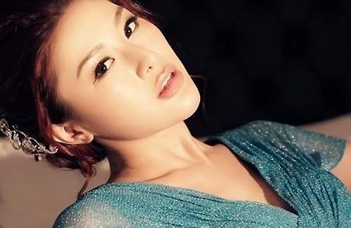 """Trong showbiz Hoa ngữ, không ít tin đồn về sao hạng A núp bóng nghệ sĩ làm """"gái bán hoa"""". Nữ diễn viên Lưu Lợi của đài TVB Hong Kong từng bị tung hình ảnh và đoạn ghi âm với người môi giới. Trong đó, Lưu Lợi đạt thỏa thuận giá 250.000 đô la Hong Kong (khoảng 726 triệu đồng). Tuy nhiên, nữ diễn viên phủ nhận cáo buộc này. Cô cho hay chỉ cùng bạn bè vào khách sạn hát."""