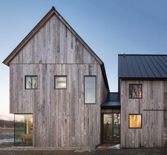 Nằm trong vùng nông trại bao quanh bằng cảnh quan hồ, núi, ngôi nhà là một trong những kiến trúc phổ biến ở vùng Quebec, Canada với những bức tường bằng gỗ, mái dốc đứng.