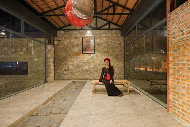 Những hình ảnh quen thuộc của thôn quê Việt in dấu ấn đậm nét trong công trình: cổng mái vòm, ao sen, chum nước, lều chõng tre…