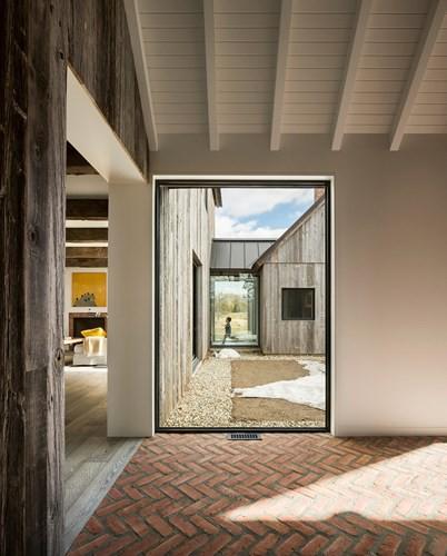 Với thiết kế từ những vật liệu gần gũi với thiên nhiên, ngôi nhà xây dựng với ý nghĩa quan tâm đến việc bảo tồn đất đai và giữ gìn những ngôi nhà của người nông dân ngày trước.