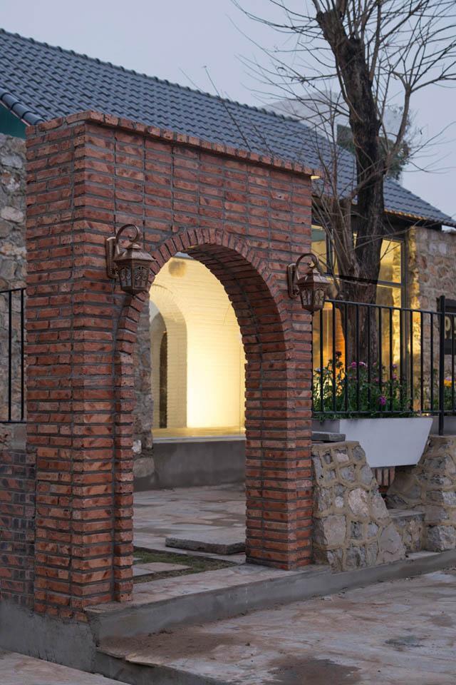 Lấy cảm hứng từ các yếu tố văn hóa truyền thống Việt Nam, các kiến trúc sư đã tạo nên một không gian vừa hoài niệm, vừa hiện đại, vừa là nơi ở yên tĩnh lại vừa có thể để kinh doanh.