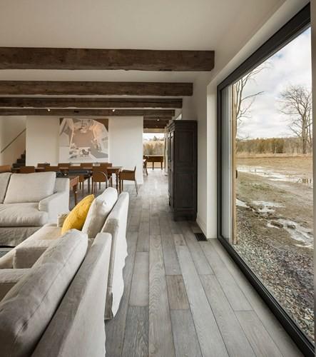Hành lang trong nhà giúp nối liền các không gian sống với nhau. Dầm nhà bằng gỗ cho thấy nét kiến trúc truyền thống được lưu giữ sau quá trình cải tạo.