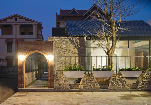 Một loạt các vách tường được xây từ đá, vật liệu quen thuộc của địa phương.