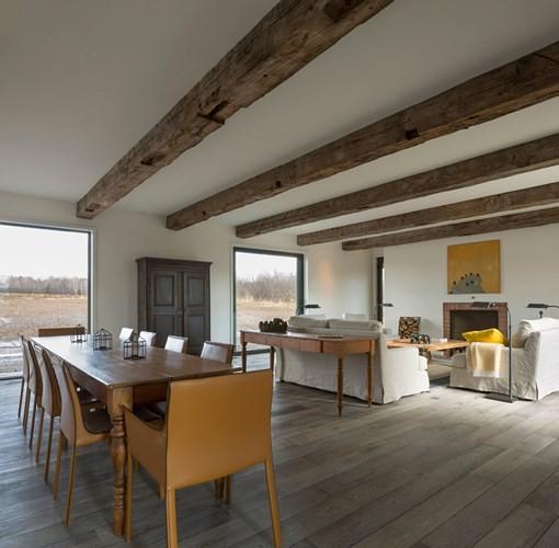 Không gian phòng khách nối liền với nhà bếp, phòng sinh hoạt chung tạo nên sự rộng rãi, thông thoáng.