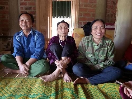Bà nội của thủ môn Tiến Dũng là Phạm Thị Giáp (75 tuổi) vui mừng vô cùng khi đứa cháu nội góp phần không nhỏ vào chiến thắng của đội tuyển U23 Việt Nam