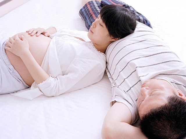 Phụ nữ mang thai nhiễm viêm gan vi rút B có thể truyền cho con khi mang thai.