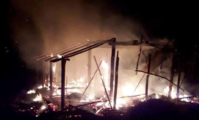 Ngọn lửa bao trùm khiến ngôi nhà bị thiêu rụi.