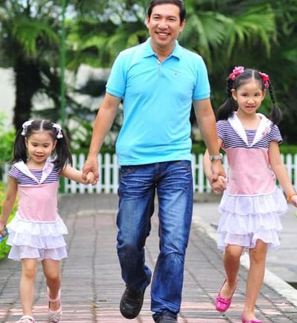Quang Thắng bên 2 con gái khi còn nhỏ, giờ con gái lớn của anh đã học lớp 11.