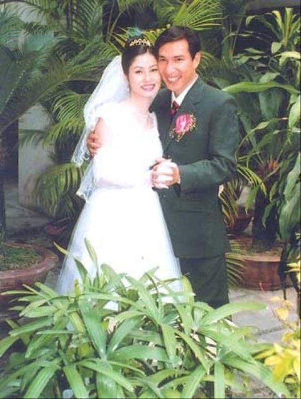 Quang Thắng cưới vợ trẻ kém 11 tuổi năm 2002.