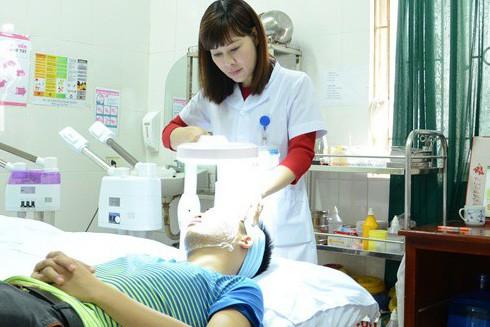 Điều trị bệnh da liễu tại Bệnh viện Tuệ Tĩnh (thuộc Học viện Y Dược học cổ truyền Việt Nam). Ảnh: T5G