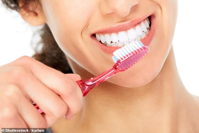 Nha sĩ Mark Hughes của Harley Street đã chỉ ra những sai lầm cơ bản của hầu hết mọi người khi đánh răng