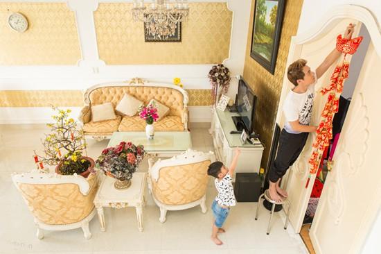 Bà xã Thủy Anh cho biết ngôi nhà được thiết kế theo phong cách bán cổ điển, do chính Đăng Khôi lên ý tưởng và giám sát xây dựng. Tổng giá trị của biệt thự nhỏ này khoảng một triệu USD.