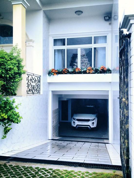 Bên dưới ngôi nhà là tầng hầm rộng có thể chứa nhiều xe. Được biết Đăng Khôi là người rất mê xe hơi nên có thể anh xây hầm xe rộng phục vụ cho sở thích của mình.