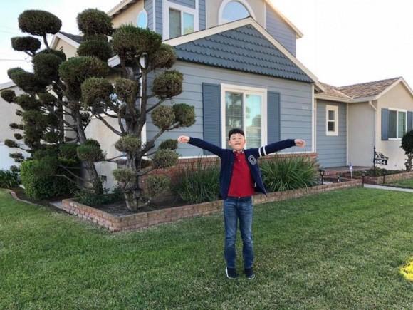 Nhìn bên ngoài, căn biệt thự của Quang Dũng cũng giống như nhiều căn nhà khác ở Mỹ, với bãi cỏ xanh mướt phía ngoài và được thiết kế hiện đại.