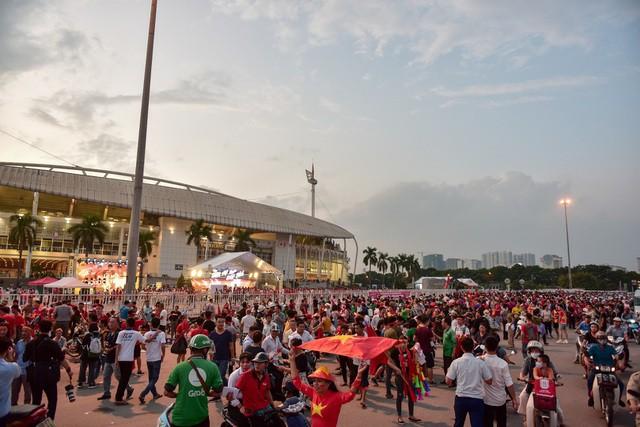 Việt Nam 1-0 Malaysia: Quang Hải ghi bàn đẳng cấp - Ảnh 36.
