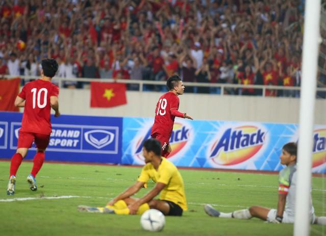 Việt Nam 1-0 Malaysia: Quang Hải ghi bàn đẳng cấp - Ảnh 9.