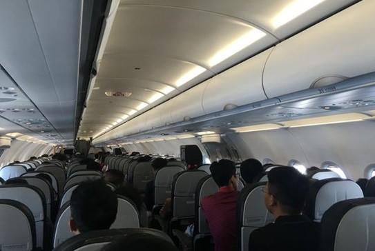 Nữ hành khách chôm áo phao trên máy bay - Ảnh 1.