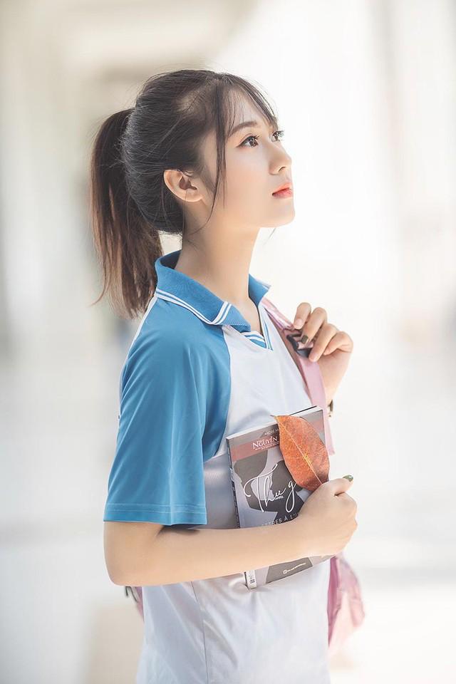 """Cô gái bỗng """"nổi như cồn"""" với bức ảnh mặc đồng phục ĐH Bách khoa  - Ảnh 1."""