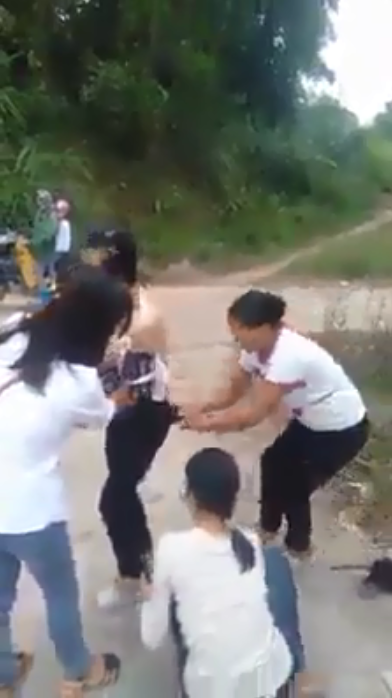 Xôn xao cảnh người phụ nữ bị nhóm người đánh ghen, cắt tóc, lột sạch đồ ngay giữa đường - Ảnh 2.