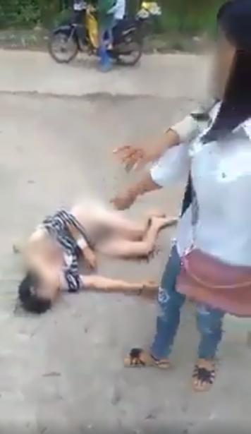 Xôn xao cảnh người phụ nữ bị nhóm người đánh ghen, cắt tóc, lột sạch đồ ngay giữa đường - Ảnh 5.