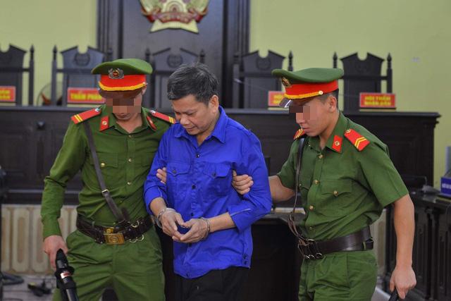 Xét xử vụ gian lận điểm thi tại Sơn La: Toà yêu cầu dẫn giải cựu cán bộ Công an tỉnh - Ảnh 1.