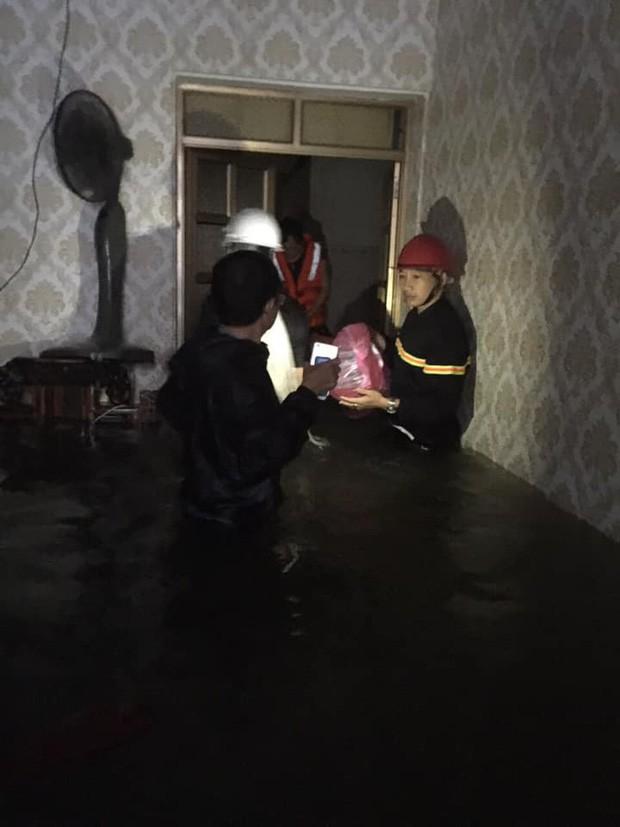 Nghệ An: Mẹ ôm con 18 tháng tuổi ngồi trên nóc tủ vì nước ngập ngang nhà, sợ hãi gọi công an giải cứu - Ảnh 1.