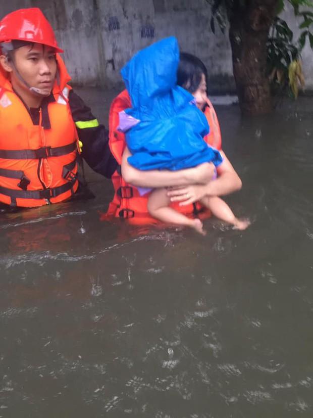 Nghệ An: Mẹ ôm con 18 tháng tuổi ngồi trên nóc tủ vì nước ngập ngang nhà, sợ hãi gọi công an giải cứu - Ảnh 2.